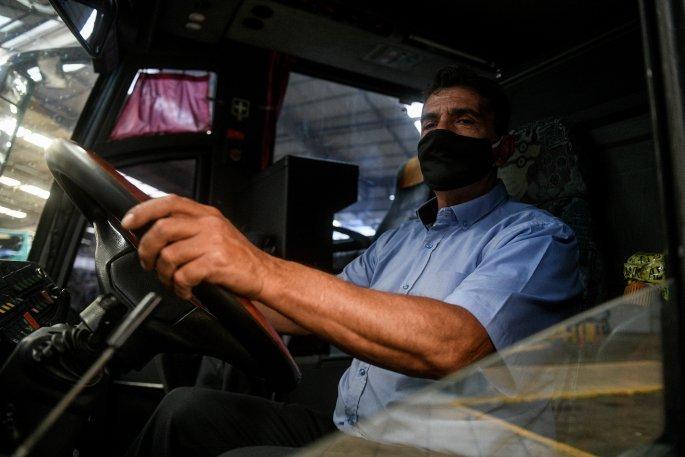 Στο ΚΤΕΛ με αποστάσεις ασφαλείας και μάσκες